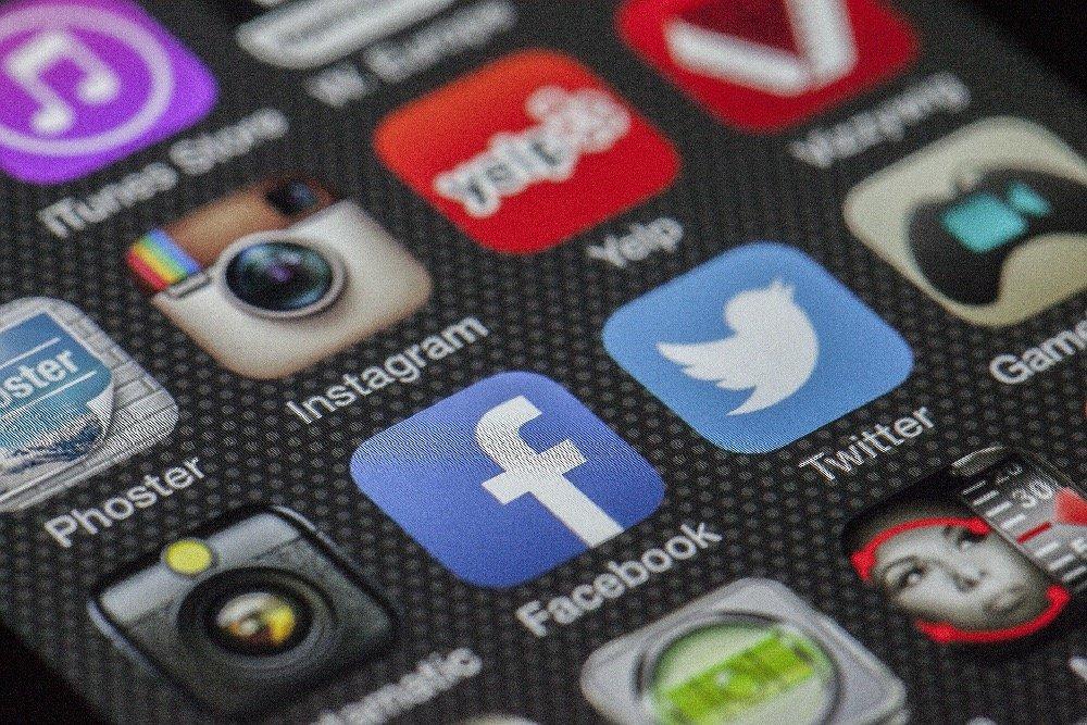 make money as a social media assistant